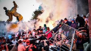 Ausschreitungen nach Corona-Lockdown in Belgrad