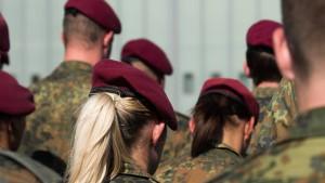 Soldat darf keine langen Haare tragen