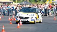 Klein, aber wendig: Auf der Opel-Teststrecke in Dudenhofen bestaunen Autofans die rasanten Rallye-Vorführungen der Fahrer, zum Beispiel im Opel Adam.
