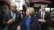 Der Duft der großen Stadt: Hillary Clinton vor der U-Bahn in der Bronx