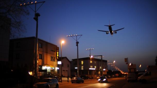 Nachtflüge - vom Rhein-Main-Flughafen in Frankfurt sind Gegenstand einer Klage vor dem Bundesverwaltungsgericht in Leipzig. Das Land Hessen will 17 solcher Flüge zulassen, der Hessische Verwaltungsgerichtshof hatte ein Nachtflugverbot verhängt.