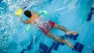 Vorwärts mit Brett und Schwimmnudel: Schwimmkurs für Flüchtlinge im Bad Homburger Seedammbad
