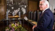 """Bundespräsident Frank-Walter Steinmeier im """"Verfassungszimmer"""" im Augustiner-Chorherrenstift auf der Insel Herrenchiemsee, wo vor 70 Jahren der Verfassungskonvent tagte."""