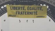 Greenpeace protestiert mit Abseil-Aktion am Eiffelturm