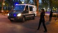 Ein Wagen verlässt mit zwei der Verdächtigen des Barcelona-Attentats das Gelände des Gerichts in Madrid, in dem die beiden Männer verhaftet wurden.