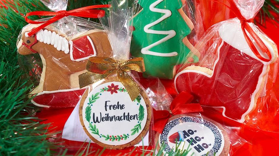 """Keksliebe-Schaukelpferd (links), Keksliebe-Tannenbaum (oben), Weihnachtsstiefel von Keksliebe aus München (rechts), """"Ho Ho Ho"""" von Kekszauber aus Regensburg (unten rechts) oder mit """"Frohe Weihnachten"""" (unten links)"""