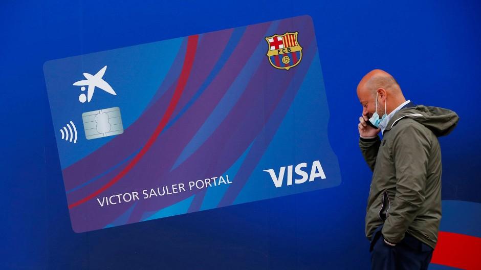 Ein Mann telefoniert vor dem Stadion des FC Barcelona.