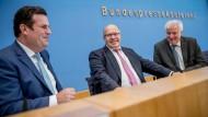 Der Parteien-Proporz stimmt jedenfalls: Innenminister Horst Seehofer (CSU, rechts), Wirtschaftsminister Peter Altmaier (CDU, Mitte) und Arbeitsminister Hubertus Heil (SPD) erklären an diesem Dienstag die Eckpunkte des Fachkräfte-Zuwanderungsgesetzes.