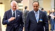 Staffan de Mistera, UN-Sondergesandter für Syrien, und der Leiter der Delegation der Regierungsgegner Nasr al-Hariri verhandeln in Genf.