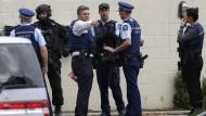 Polizisten vor einer Moschee im Zentrum von Christchurch
