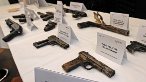 Geld, Unterschlupf, Waffen