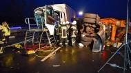 Gefahrenzone Stauende: Zerstörte Fahrzeuge im Dezember vergangenen Jahres auf der A5 zwischen Heidelberg und Darmstadt.