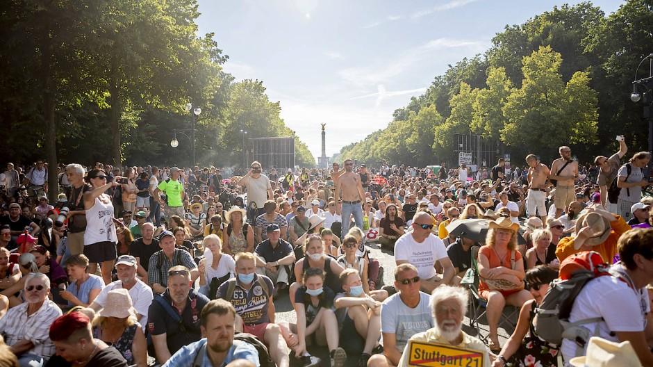 Dicht gedrängt, zumeist ohne Mundschutz: Teilnehmer der Kundgebung gegen die Corona-Beschränkungen in Berlin