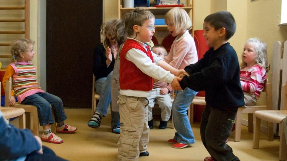 Kommt es zu einer Ausgrenzung von Behinderten durch pränataldiagnostischen Fortschritt? Unser Bild zeigt eine integrative Spielgruppe in einem Frankfurter Kindergarten.