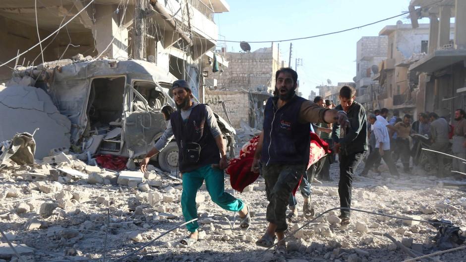 Freiwillige helfen nach einem Luftangriff der Regierungstruppen auf die umkämpfte Stadt von Aleppo, die Verletzten zu bergen.