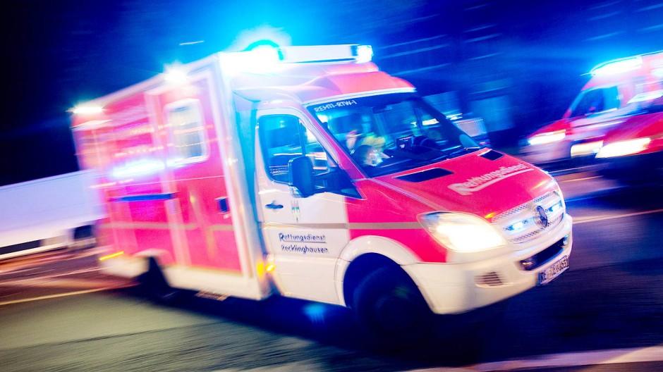 In Bad Tölz sind zwei Männer vom Dach gestürzt und haben sich schwere Verletzungen zugezogen.