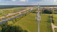 Neue Mobilfunk-Landschaft: Sendemast neben der Autobahn 9 und der ICE-Strecke nach Berlin.