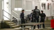 Einsatzkräfte der Polizei bei einer Durchsuchungsaktion in einer Hamburger Flüchtlingsunterkunft.