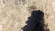 Schwarzer Rauch über der Ölraffinerie Abqaiq am Samstag