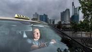 Der selbständige Taxiunternehmer Svemir Islamcevic, 41, fährt seit fast 20 Jahren durch Frankfurt.
