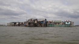 Dörfer auf den Philippinen sinken ab