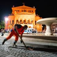 Aufräumarbeiten nach Einsetzen des Betretungsverbots: Nach Krawallen durfte durfte der Opernplatz im vergangenen Sommer an Wochenenden ab Mitternacht nicht mehr betreten werden.