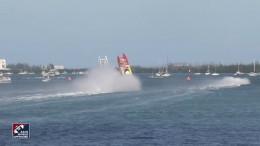 Boote überschlagen sich bei Rennen gleichzeitig
