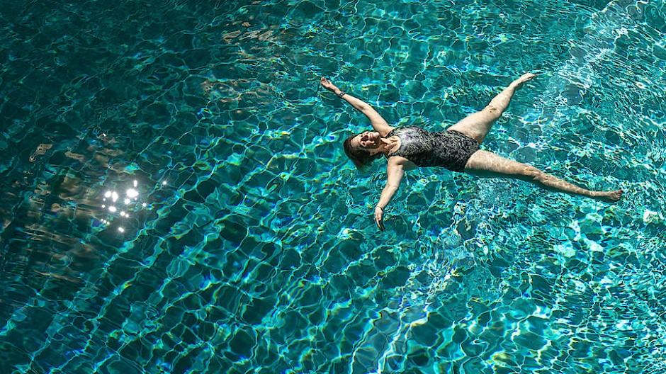 Alleine im Wasser: Susanne Maier ist eine Schwimmlehrerin ohne Schüler.