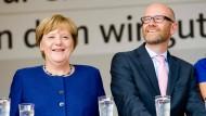 Die Kanzlerin und ihr General: Merkel und Tauber auf einer Wahlkampfveranstaltung in Taubers Heimatort Gelnhausen