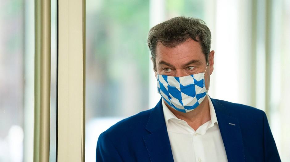 Die bayerische SPD fordert den Rücktritt Söders wegen der Corona-Test-Panne.