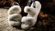 Flauschig: die Riemchen-Sandalen von Ugg