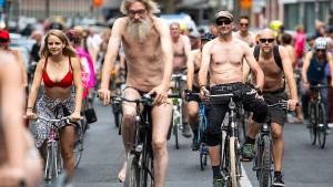 Nackt-Radler demonstrieren in Köln