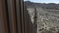 Ein Teil des Grenzzauns zwischen Mexiko (rechts) und den Vereinigten Staaten
