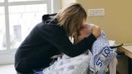 An der Grenze zwischen Leben und Tod: Eine Frau besucht ihren dementen Vater in St. Louis.