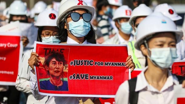 Demonstranten ziehen vor chinesische Botschaft