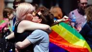 Sie jubeln: Mit einem demonstrativen Kuss feiern diese Frauen den Ausgang des Referendums in Irland