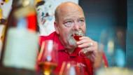 """""""Die Milde kommt aus dem Grundprodukt, dem Mais"""": Master Destiller Fred Noe bei der Verkostung in einer Frankfurter Hotelbar."""