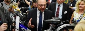 Strampelt sich bisher vergeblich ab: Martin Schulz im Wahlkampf in einer Radwerkstatt der Caritas in Bonn