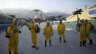 Helfer in Rio de Janeiro versprühen Pestizide auf dem Olympia-Gelände.