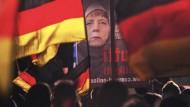 Angela Merkel mit Kopftuch: Banner bei einer AfD-Demonstration Ende November in Erfurt