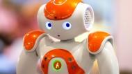 Kleiner Helfer: ein Nao-Next-Gen-Roboter des französischen Roboterherstellers Aldebaran Robotics auf der Bildungsmesse Didacta in Stuttgart