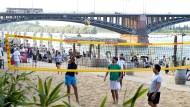 Sportlich aktiv sein: Besucher des Mainzstrand an der Theodor-Heuss-Brücke.