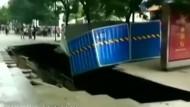 Mitten in Fußgängerzone reißt ein Loch auf