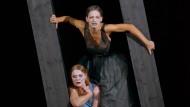 Was alte Flüche kosten, müssen sie bezahlen: Christiane von Poelnit als Elektra und Catrin Striebeck als Klytämnestra