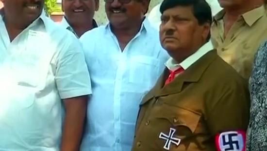 Inder demonstriert im Hitler-Kostüm