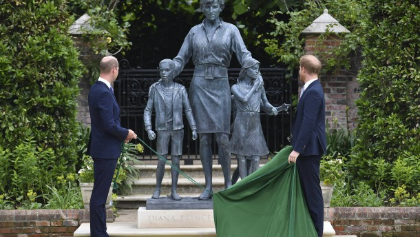 William und Harry enthüllen Statue von Prinzessin Diana