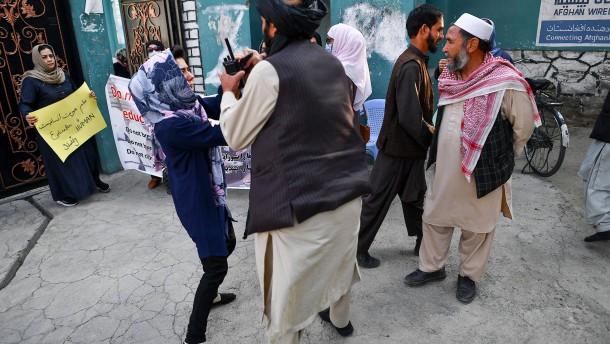 Taliban treiben Demonstrantinnen mit Schüssen auseinander