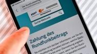 Bislang sind pro Haushalt monatlich 17,50 Euro als Rundfunkbeitrag fällig.