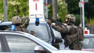 Einsatzkräfte des SEK umstellten das Gebäude in Aschheim.