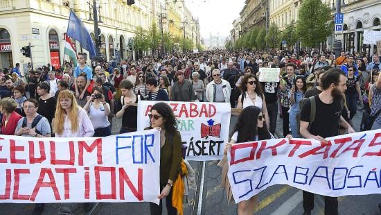 """""""Angriff auf die Bildungsfreiheit"""": Tausende gehen für Soros-Uni auf die Straße"""